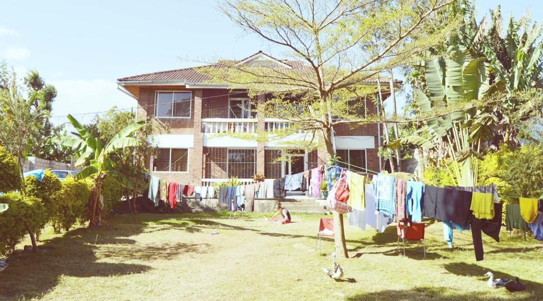 庭にたくさんの洗濯物が干されたタンザニアのホストファミリー宅